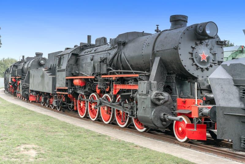 Parowa lokomotywa z czerwonymi kołami Retro lokomotywa na poręczach czarny lokomotywa obrazy stock