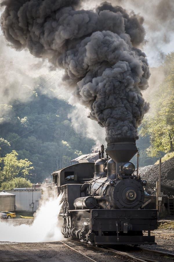 Parowa lokomotywa z dramatycznym dymem fotografia royalty free