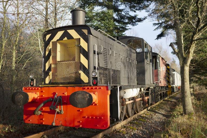 Parowego silnika pociąg na starej kolei przy stacją w wiejskiej wsi zdjęcie royalty free