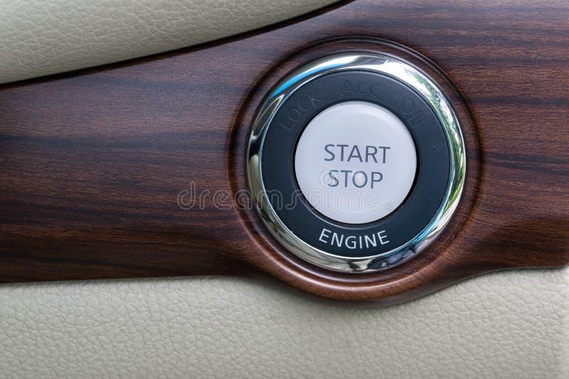 Parowozowy początek przerwy guzik od nowożytnego samochodowego wnętrza fotografia stock