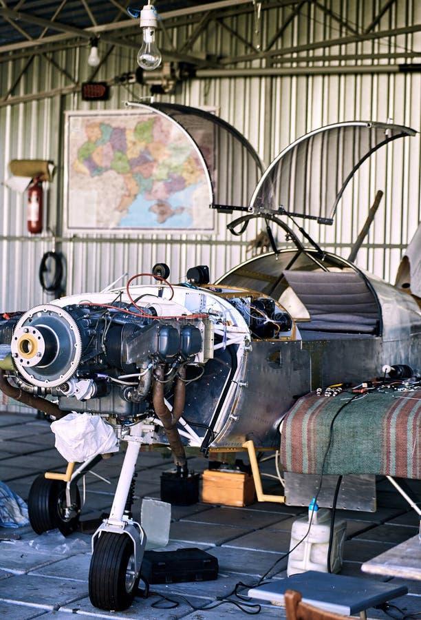 Parowozowy utrzymanie jednosilnikowy parkenge samolot w hangarze zdjęcia royalty free