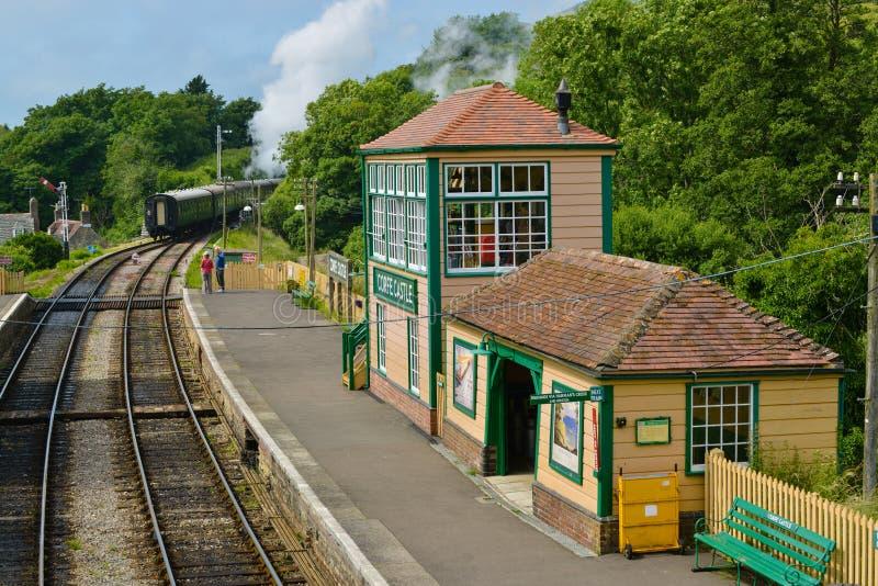 Parowy pociąg przy corfe kasztelu stacją obraz stock