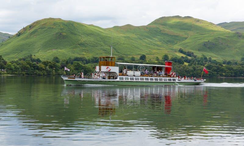 Parowy prom z wczasowiczkami i turysty Ullswater Jeziornym okręgiem z zielonymi wzgórzami zdjęcia royalty free