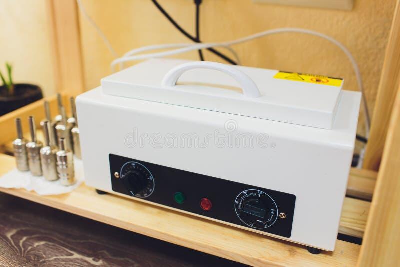 Parowy sterylizatoru autoklaw z drzwiowym otwiera w medycznym laboratorium klinice lub zdjęcia royalty free