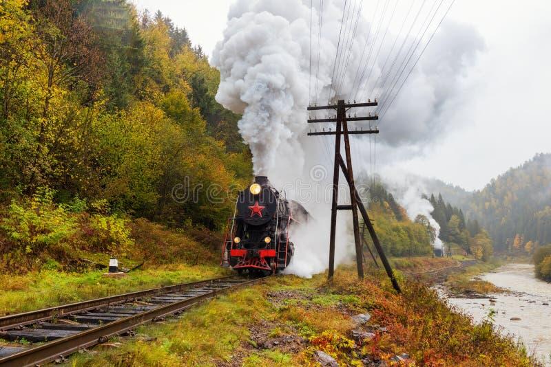 Parowy taborowy lokomotoryczny omijanie nad wysokogórską linią kolejową obraz royalty free