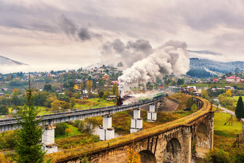 Parowy taborowy omijanie nad starym kolejowym wiaduktem fotografia stock