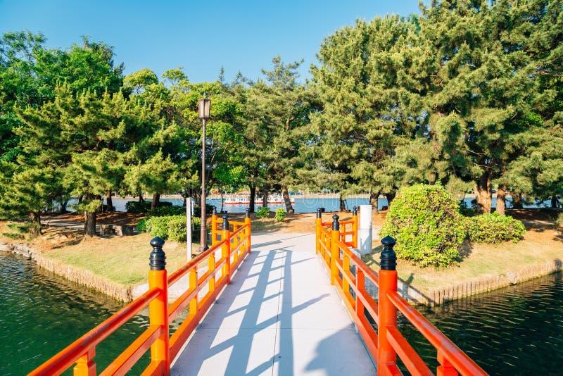 Parque, árvores e ponte de Ohori em Fukuoka, Japão imagens de stock