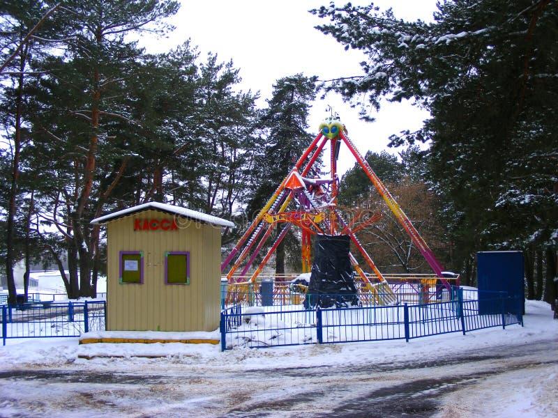 Parque abandonado no tempo de inverno, Minsk da atração do divertimento fotografia de stock
