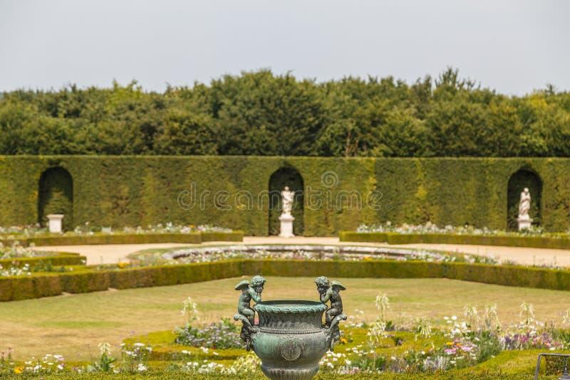Parque alrededor del palacio de Versalles, Francia imagenes de archivo