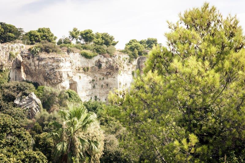 Parque arqueológico, rocas cerca del teatro griego de Syracuse, ruinas del monumento antiguo, Sicilia, Italia foto de archivo