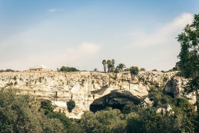 Parque arqueológico, rocas cerca del teatro griego de Syracuse, ruinas del monumento antiguo, Sicilia, Italia foto de archivo libre de regalías
