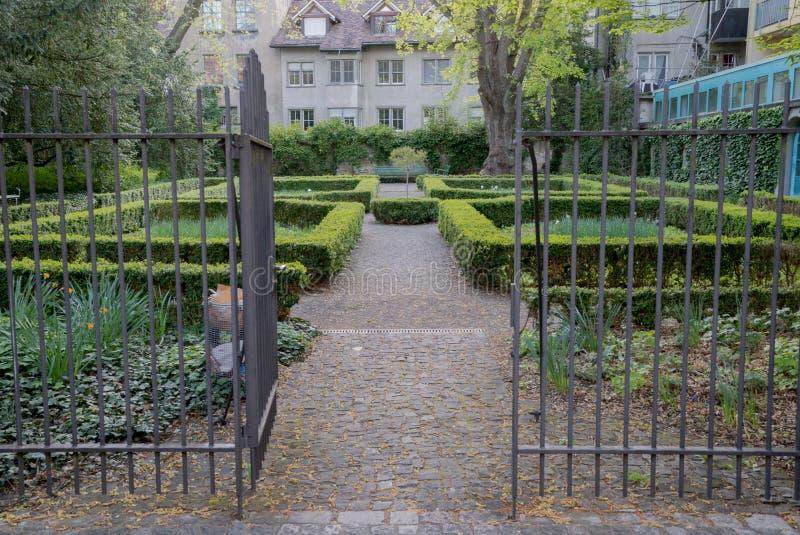Parque bloqueado pequeno da cidade com conversão verdes fotos de stock royalty free