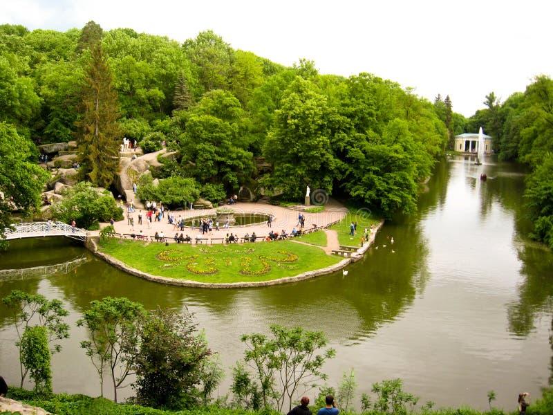 Download Parque Bonito Com Lago E árvores Imagem Editorial - Imagem de banco, bonito: 26521620