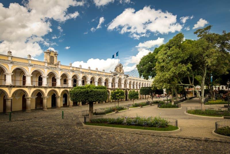 Parque centrala och koloniala byggnader - Antigua, Guatemala arkivbild