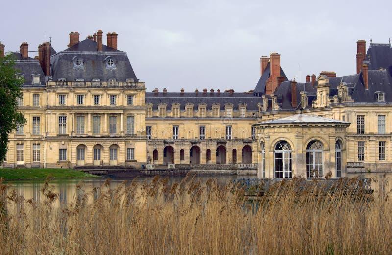 Parque, charca y el palacio de Fontainebleau fotografía de archivo