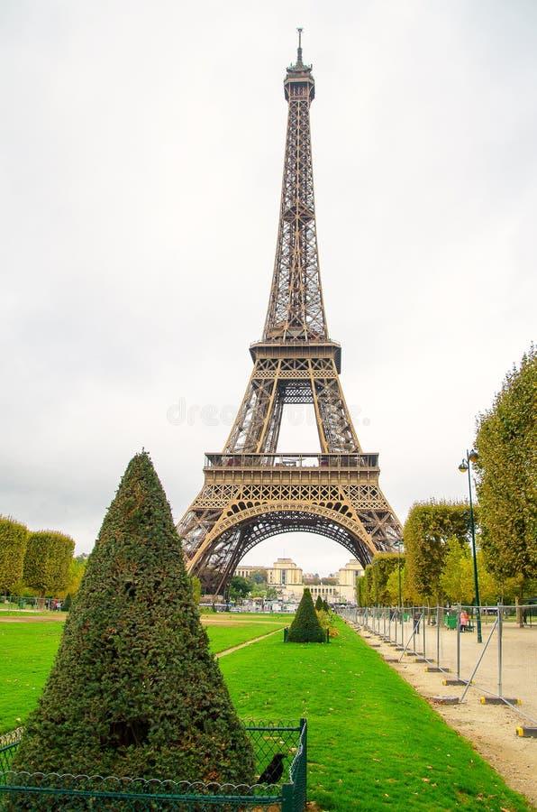 Parque com o ferro dominante de Paris fotografia de stock royalty free