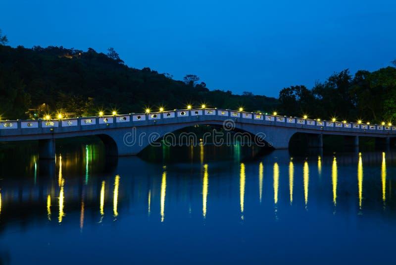 Parque con el lago y el puente fotografía de archivo libre de regalías