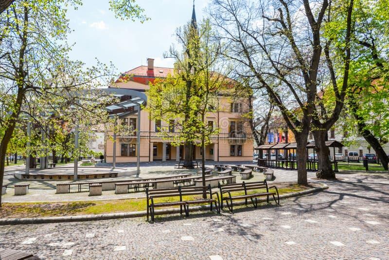 Parque con el pequeños amphitheatre y ayuntamiento en la ciudad vieja de Levoca - la UNESCO ESLOVAQUIA imágenes de archivo libres de regalías