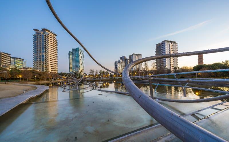 Parque con la charca en Barcelona imagenes de archivo