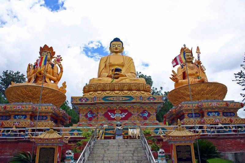 Parque con tres estatuas de oro de Buda, Katmandu, Nepal de Buda imágenes de archivo libres de regalías