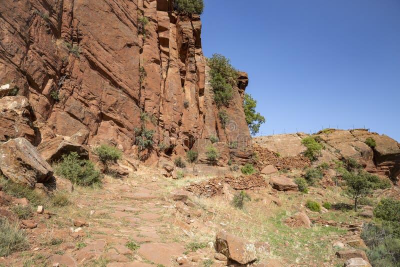 Parque cultural del río de Martin - escarpa de la piedra arenisca roja al lado de Penarroyas foto de archivo
