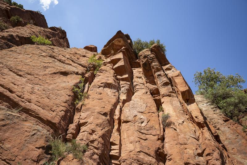 Parque cultural del río de Martin - escarpa de la piedra arenisca roja al lado de Penarroyas fotos de archivo