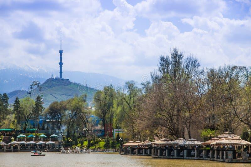 Parque da cidade central, Almaty, Cazaquistão Vista do lago e do Kok fotos de stock royalty free