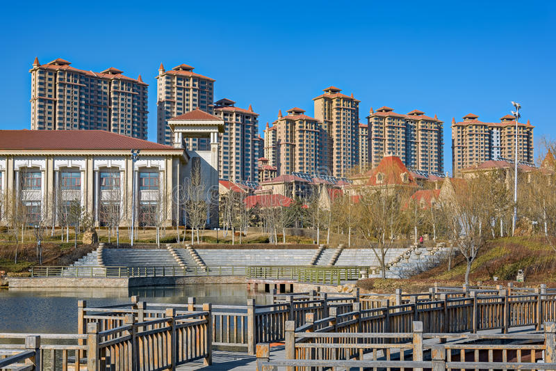 Parque da cidade com uma lagoa em China fotografia de stock