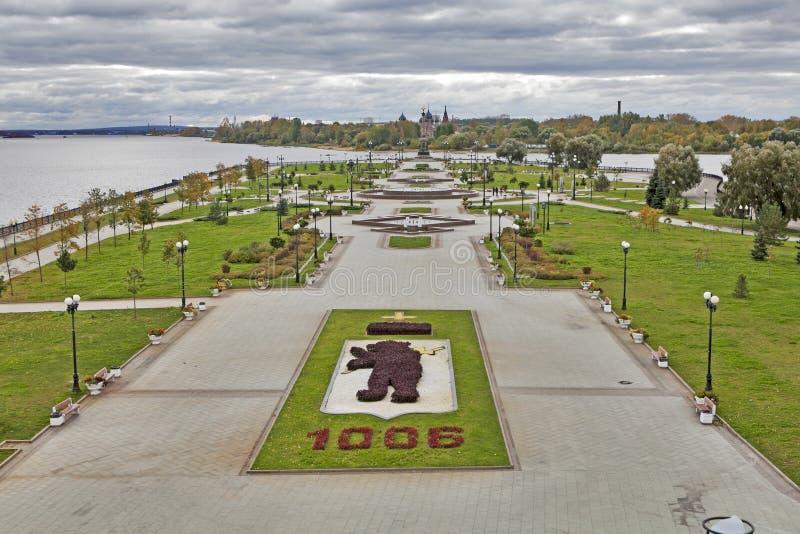 Parque da cidade de Yaroslavl sob céus e nuvens dramáticos foto de stock royalty free