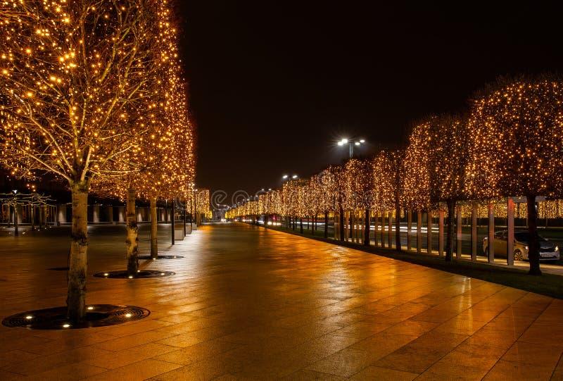 Parque da cidade da noite na cidade de Krasnodar, Rússia O parque é feito no mesmo estilo do projeto e contém muita geometria e imagens de stock