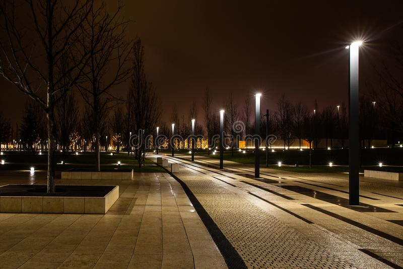 Parque da cidade da noite na cidade de Krasnodar, Rússia O parque é feito no mesmo estilo do projeto e contém muita geometria e imagens de stock royalty free