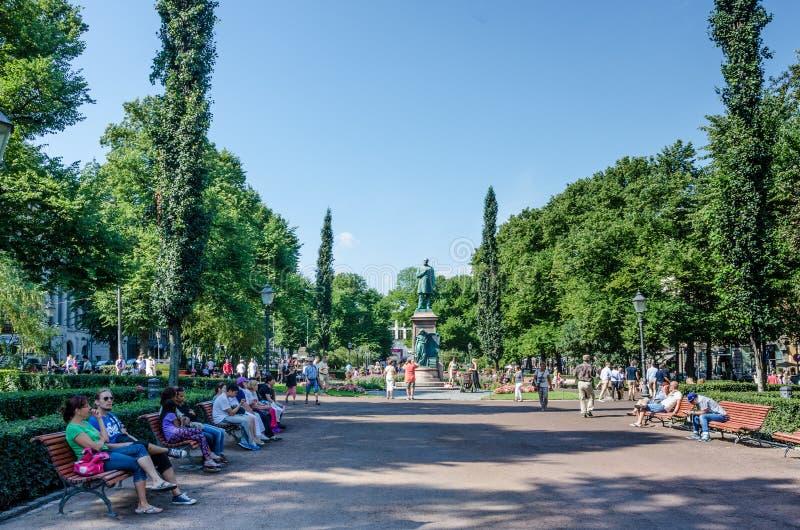 Parque da esplanada em Helsínquia, Finlandia fotos de stock royalty free