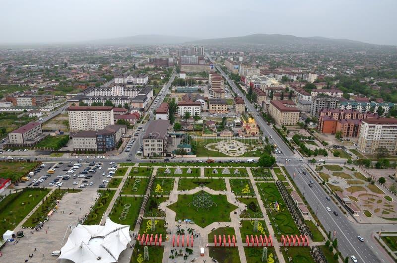 Parque da flor com o símbolo da estrela de David e das vistas seis-aguçados da cidade de Grozny, Chechnya, Rússia Vista superior imagem de stock royalty free