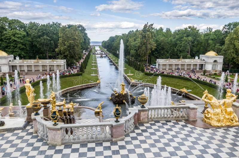 Parque da fonte do peterhoff da vista imagens de stock royalty free