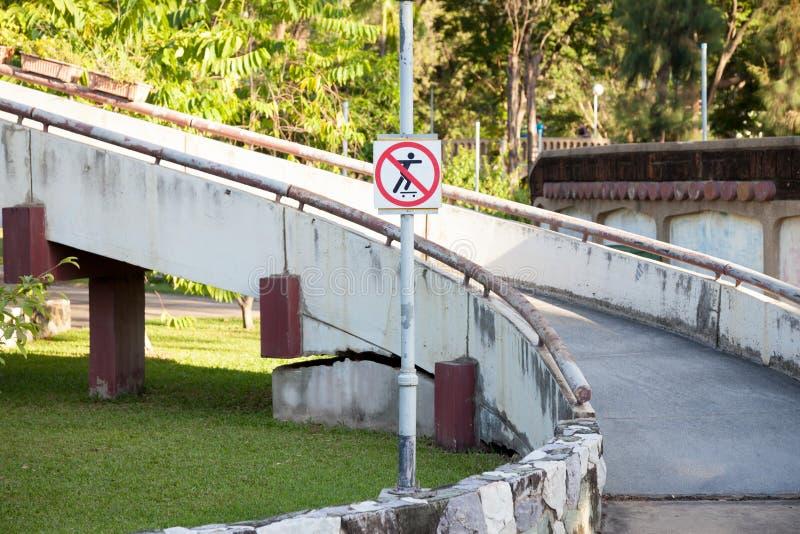 Parque da regra do sinal de aviso em público imagem de stock