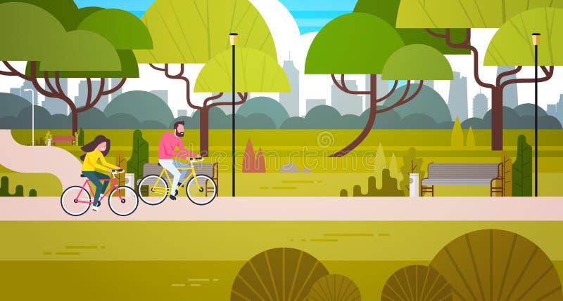 Parque das bicicletas da equitação dos pares em público sobre o homem e a mulher do fundo da skyline da construção da cidade que  ilustração stock