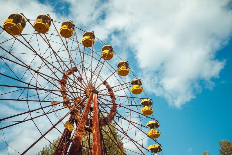 Parque de atracciones abandonado en el centro de ciudad de Prypiat en zona de exclusión de Chornobyl Zona radiactiva en la ciudad imagen de archivo libre de regalías