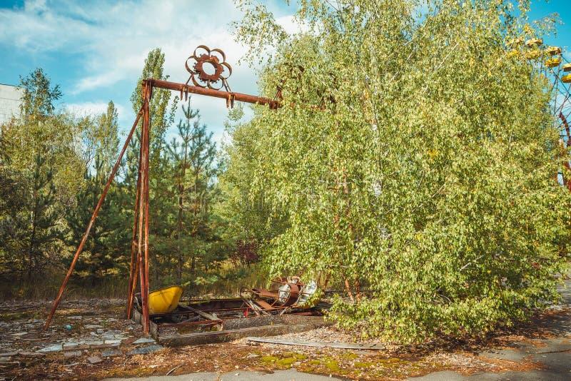 Parque de atracciones abandonado en el centro de ciudad de Prypiat en zona de exclusión de Chornobyl Zona radiactiva en la ciudad fotografía de archivo