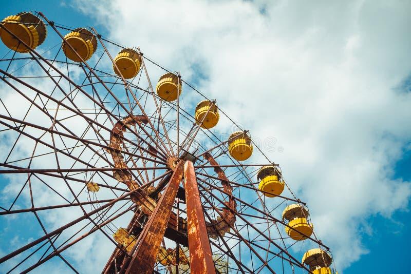 Parque de atracciones abandonado en el centro de ciudad de Prypiat en zona de exclusión de Chornobyl Zona radiactiva en la ciudad fotografía de archivo libre de regalías