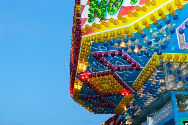 Parque de atracciones Edificio brillante hermoso con las luces ardientes fotografía de archivo