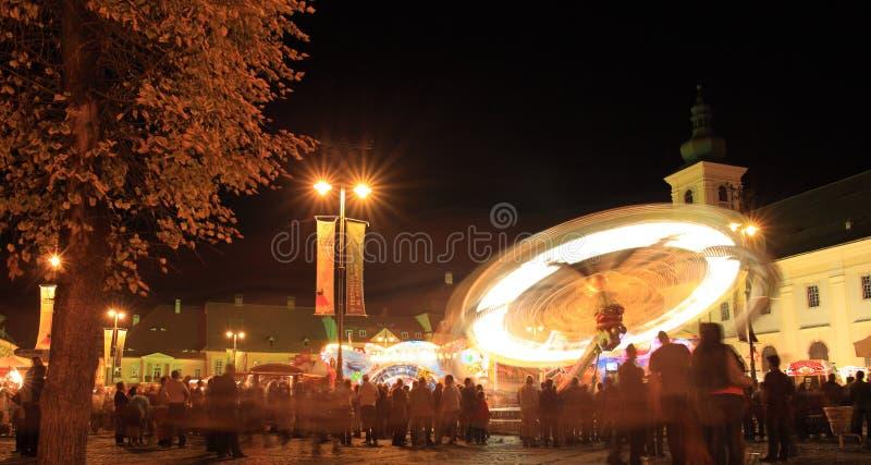 Parque de atracciones en el cuadrado grande, Sibiu, Rumania fotos de archivo