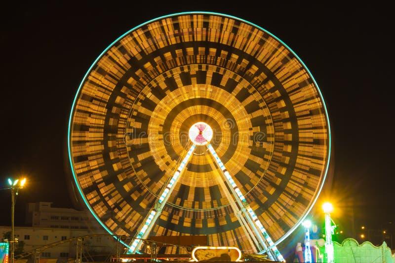 Parque de atracciones en la noche - noria imágenes de archivo libres de regalías