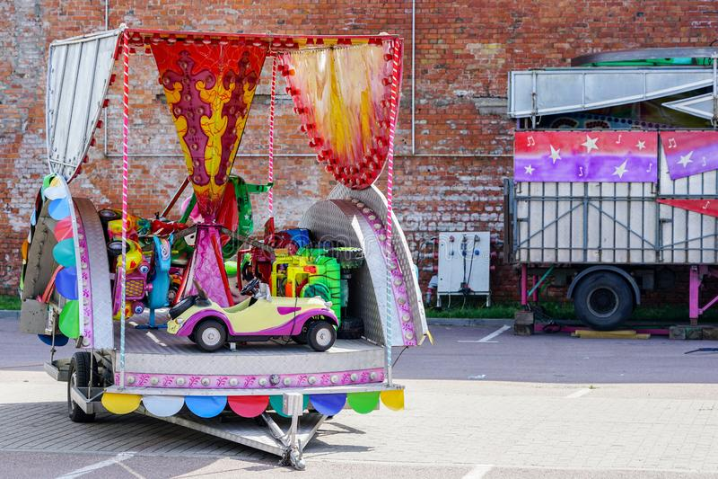 Parque de atracciones movible, carrusel desmontado en un remolque del coche fotos de archivo