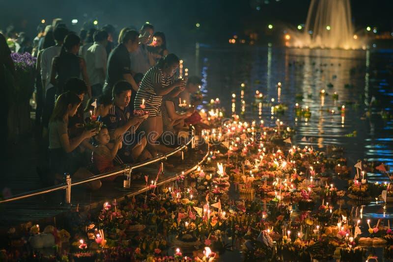 Parque de Benjakiti, Banguecoque, Tailândia - NOVEMBRO 14,2016: Os povos tailandeses apreciam Loy Krathong Festival, tradicional  fotos de stock