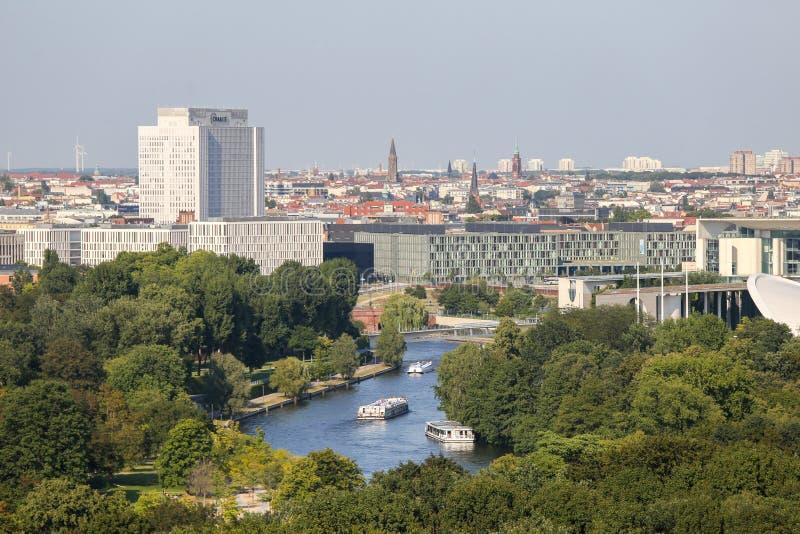 Parque de Berlim com os barcos no rio fotografia de stock