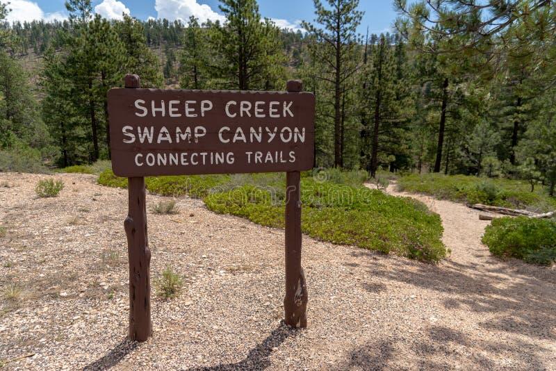 Parque de Bryce Canyon National - sinal do trailhead para a angra dos carneiros imagem de stock