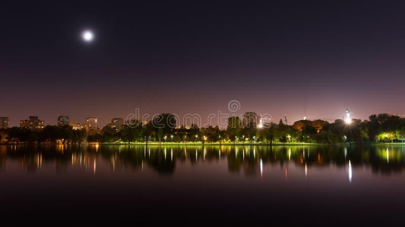 Parque de Bucarest en la noche fotografía de archivo libre de regalías
