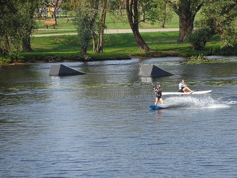 parque de centro del Estela-embarque con el trampolín para el salto que practica surf Reconstrucción y centro de entretenimiento  fotos de archivo