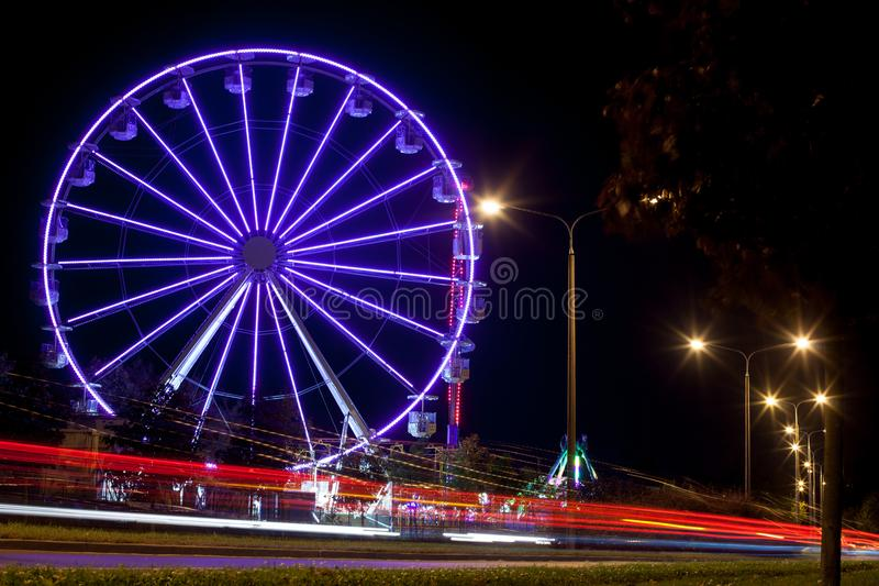 Parque de diversões - carrossel na noite fotografia de stock
