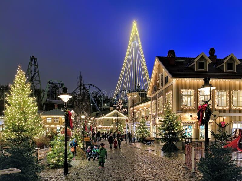 Parque de diversões de Liseberg com iluminação do Natal em Gothenburg, Suécia fotos de stock royalty free
